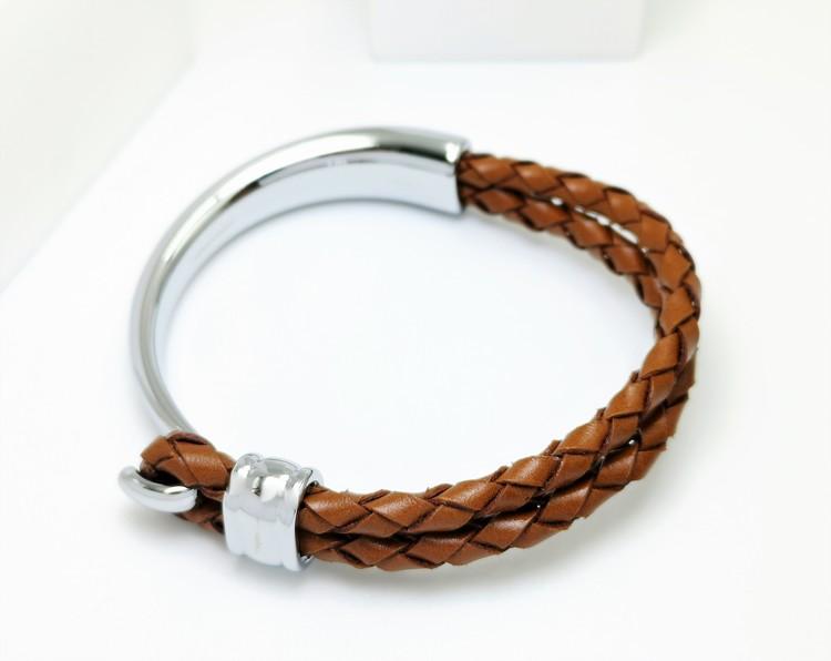 Concept Brown Leather Metal Armband bild 2 är en otroligt snygg och charmig smycke av hösta kvalité stainless steel 316 L. Passar perfekt som present.