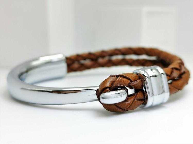 Concept Brown Leather Metal Armband bild 1 är en otroligt snygg och charmig smycke av hösta kvalité stainless steel 316 L. Passar perfekt som present.