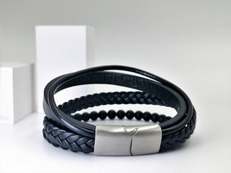 Leather & Pearl Black Armband bild 2, otroligt vacker armband med grym kombination av läder, stainless steel samt pärlor. Armbandet är unik och väldigt charmig. Passar perfekt som present.