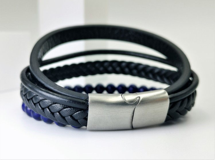 Leather & Pearl Blue Armband bild 2, otroligt vacker armband med grym kombination av läder, stainless steel samt pärlor. Armbandet är unik och väldigt charmig. Passar perfekt som present.