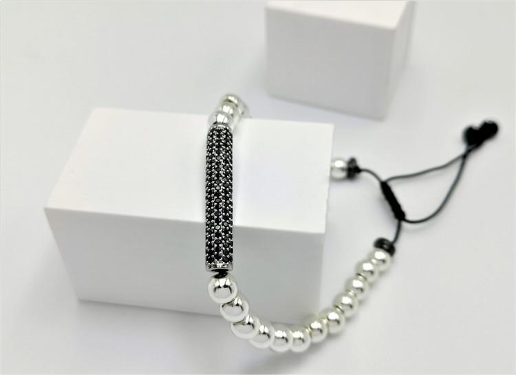 Long Charm pearl Pärlarmband bild 2 är ett vacker herr armband  med vackra detaljer.