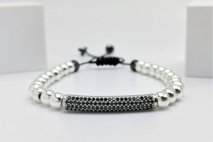Long Charm pearl Pärlarmband bild 1 är ett vacker herr armband  med vackra detaljer.