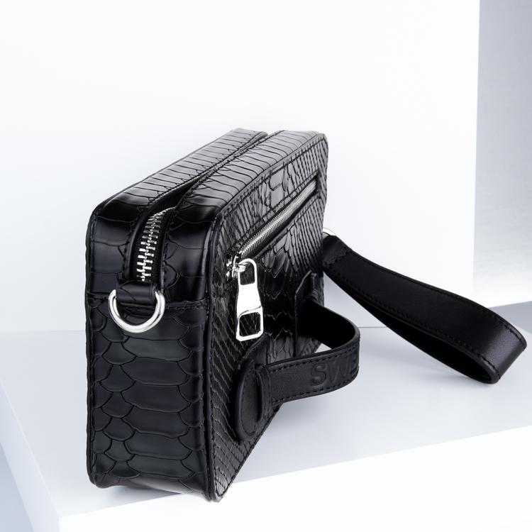 """leather cluth bag """"Python lyx trace"""" mini charm läder väska bild 3 är en otroligt snygg och charmig unisex väska som passar perfekt som daglig väska. Väskan är av hög kvalité. Handgjord av äkta läder"""