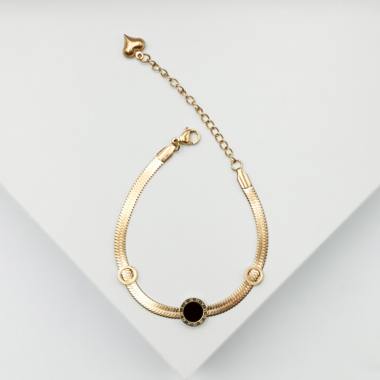 Era Elegance in love Armband bild 4 är en Elegant, tidlös, och modern accessoar. Otroligt Vacker design av SWEVALI för alla tillfälle. Smycken är av hög kvalité Stainless Steel. Passar perfekt för dam