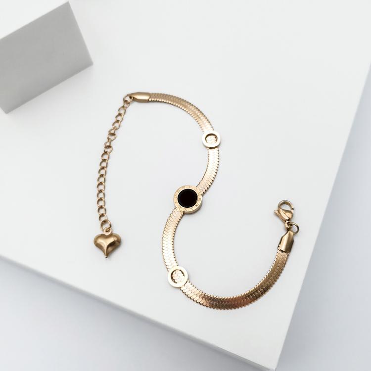 Era Elegance in love Armband bild 3 är en Elegant, tidlös, och modern accessoar. Otroligt Vacker design av SWEVALI för alla tillfälle. Smycken är av hög kvalité Stainless Steel. Passar perfekt för dam