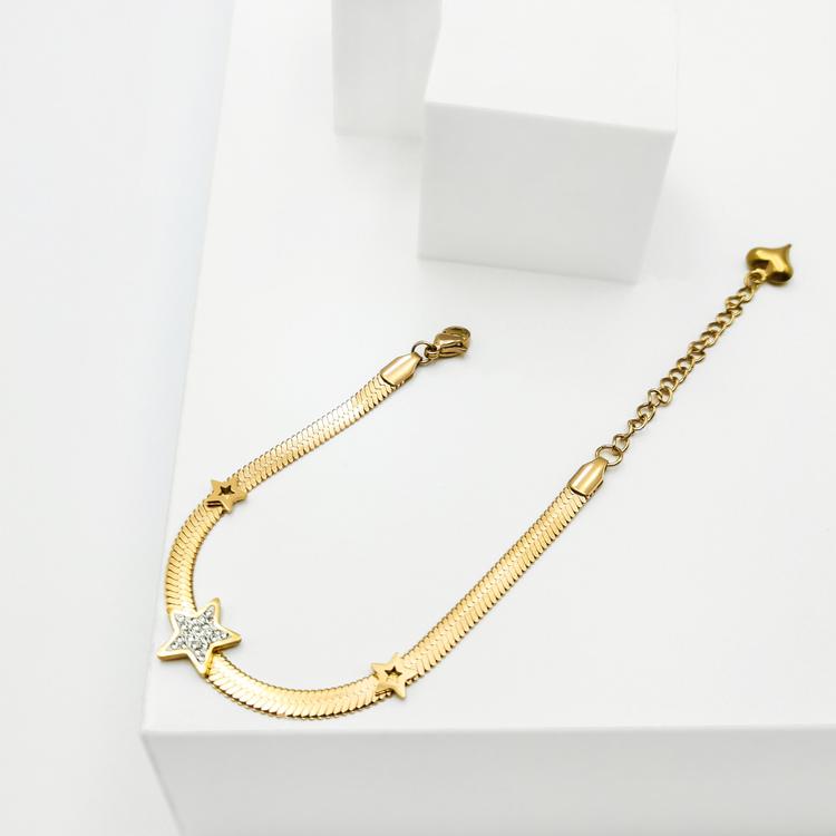 Line of stars Armband bild 4 är en Elegant, tidlös, och modern accessoar. Otroligt Vacker design av SWEVALI för alla tillfälle. Smycken är av hög kvalité Stainless Steel. Passar perfekt för damer som