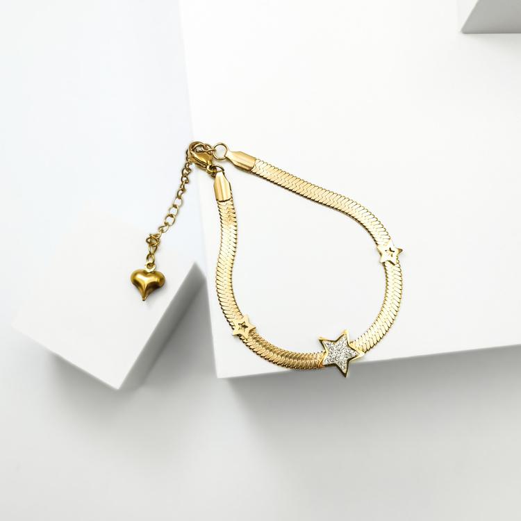 Line of stars Armband bild 2 är en Elegant, tidlös, och modern accessoar. Otroligt Vacker design av SWEVALI för alla tillfälle. Smycken är av hög kvalité Stainless Steel. Passar perfekt för damer som