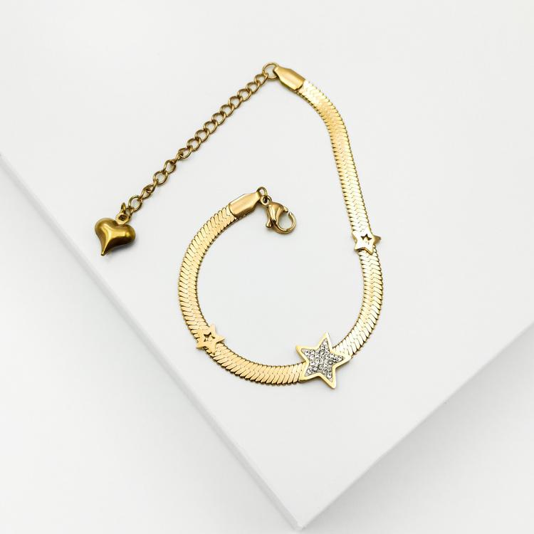 Line of stars Armband bild 3 är en Elegant, tidlös, och modern accessoar. Otroligt Vacker design av SWEVALI för alla tillfälle. Smycken är av hög kvalité Stainless Steel. Passar perfekt för damer som