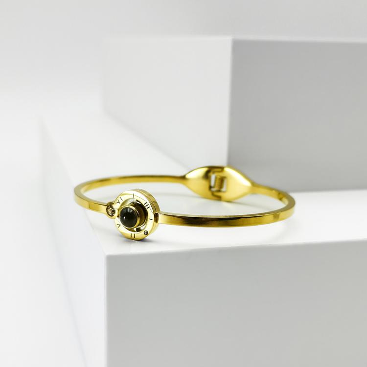 Worldwide Love Armband bild 4 är en Elegant, tidlös, och modern accessoar. Otroligt Vacker design av SWEVALI för alla tillfälle. Smycken är av hög kvalité Stainless Steel. Passar perfekt för damer som
