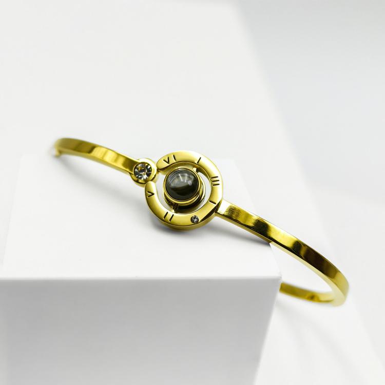 Worldwide Love Armband bild 1 är en Elegant, tidlös, och modern accessoar. Otroligt Vacker design av SWEVALI för alla tillfälle. Smycken är av hög kvalité Stainless Steel. Passar perfekt för damer som