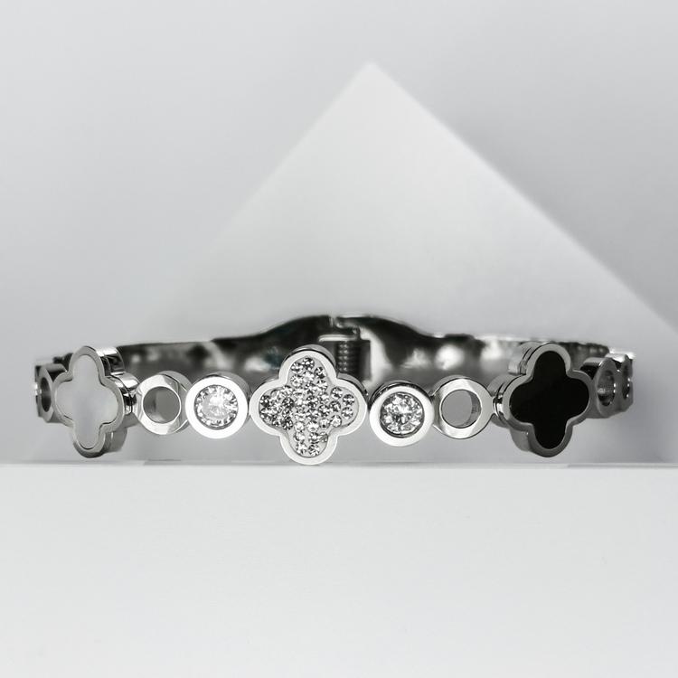 Glover Elegance Snappy Armband bild 2 är en Elegant, tidlös, och modern accessoar. Otroligt Vacker design av SWEVALI för alla tillfälle. Smycken är av hög kvalité Stainless Steel. Passar perfekt för d