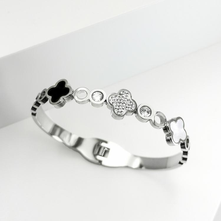 Glover Elegance Snappy Armband bild 6 är en Elegant, tidlös, och modern accessoar. Otroligt Vacker design av SWEVALI för alla tillfälle. Smycken är av hög kvalité Stainless Steel. Passar perfekt för d