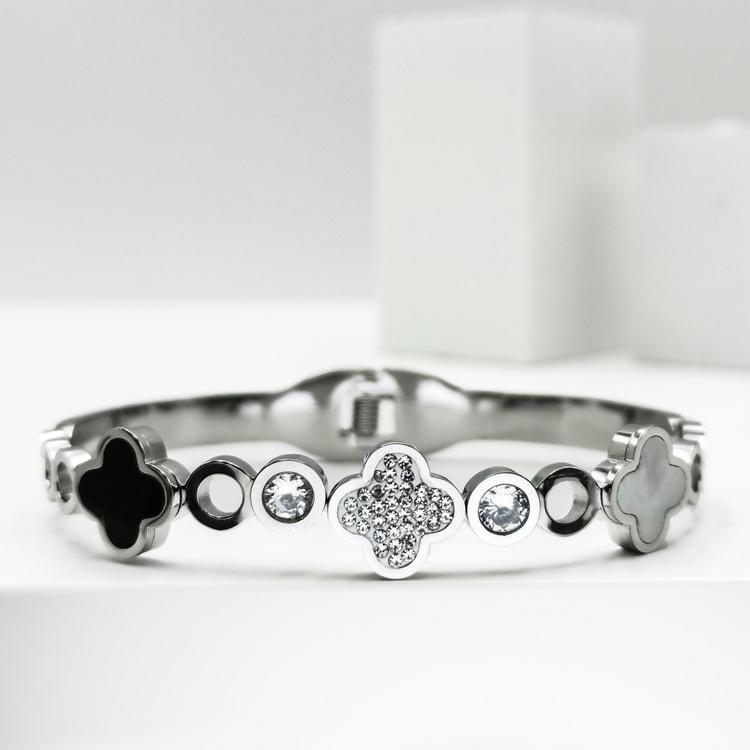 Glover Elegance Snappy Armband bild 1 är en Elegant, tidlös, och modern accessoar. Otroligt Vacker design av SWEVALI för alla tillfälle. Smycken är av hög kvalité Stainless Steel. Passar perfekt för d