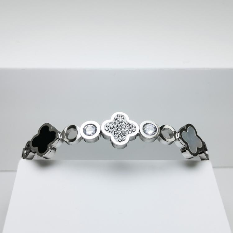 Glover Elegance Snappy Armband bild 4 är en Elegant, tidlös, och modern accessoar. Otroligt Vacker design av SWEVALI för alla tillfälle. Smycken är av hög kvalité Stainless Steel. Passar perfekt för d