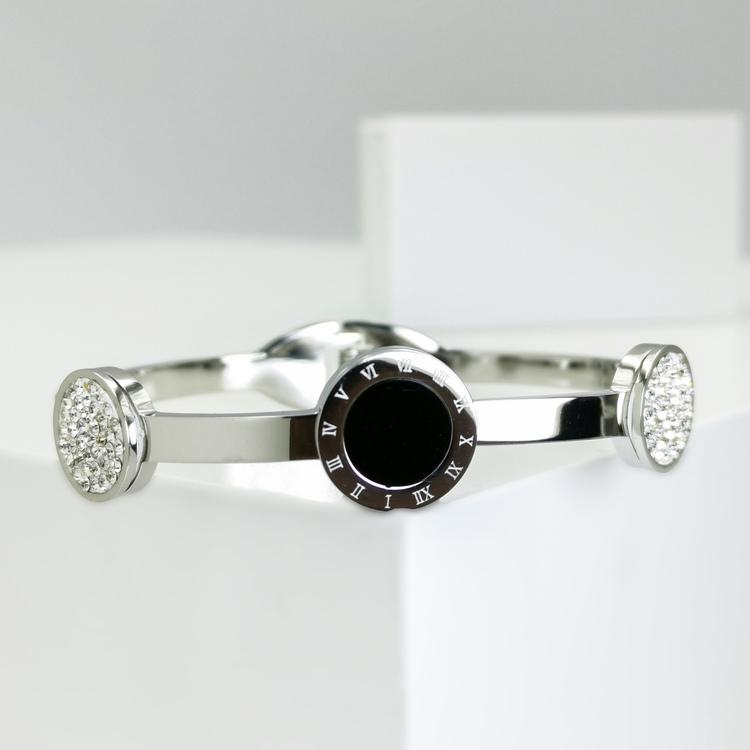 Era Elegance Snabby S Armband bild 2 är en Elegant, tidlös, och modern accessoar. Otroligt Vacker design av SWEVALI för alla tillfälle. Smycken är av hög kvalité Stainless Steel. Passar perfekt för da