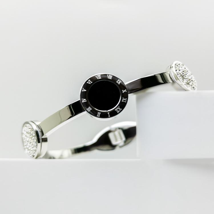 Era Elegance Snabby S Armband bild 5 är en Elegant, tidlös, och modern accessoar. Otroligt Vacker design av SWEVALI för alla tillfälle. Smycken är av hög kvalité Stainless Steel. Passar perfekt för da