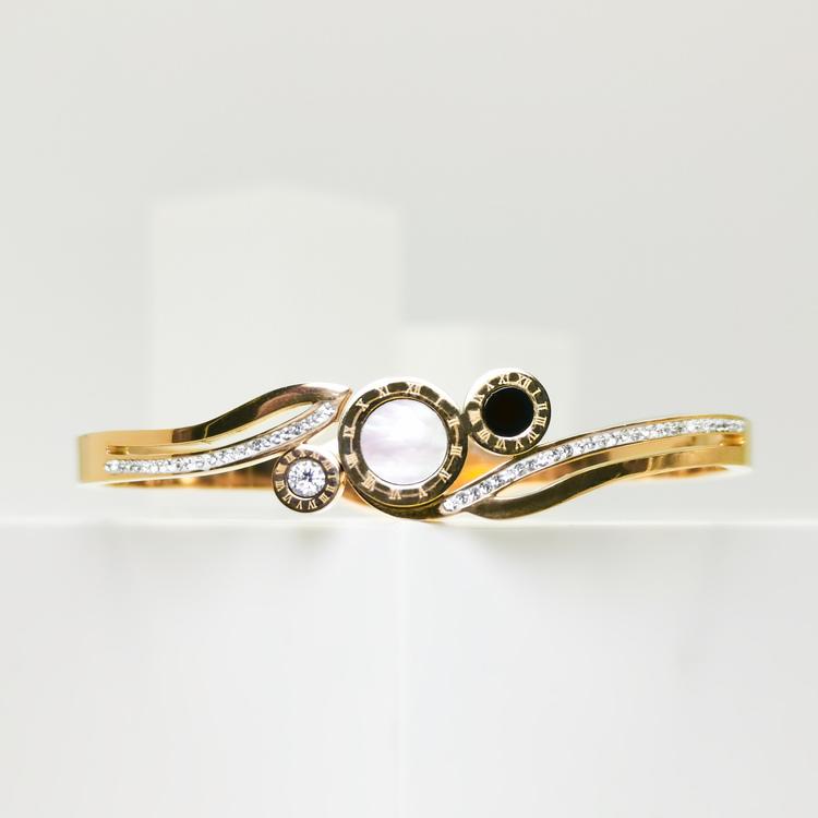 Era Elegance Time Line Armband bild 1 är en Elegant, tidlös, och modern accessoar. Otroligt Vacker design av SWEVALI för alla tillfälle. Smycken är av hög kvalité Stainless Steel. Passar perfekt för d