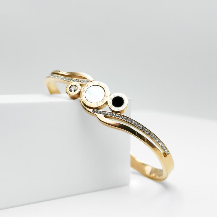 Era Elegance Time Line Armband bild 4 är en Elegant, tidlös, och modern accessoar. Otroligt Vacker design av SWEVALI för alla tillfälle. Smycken är av hög kvalité Stainless Steel. Passar perfekt för d