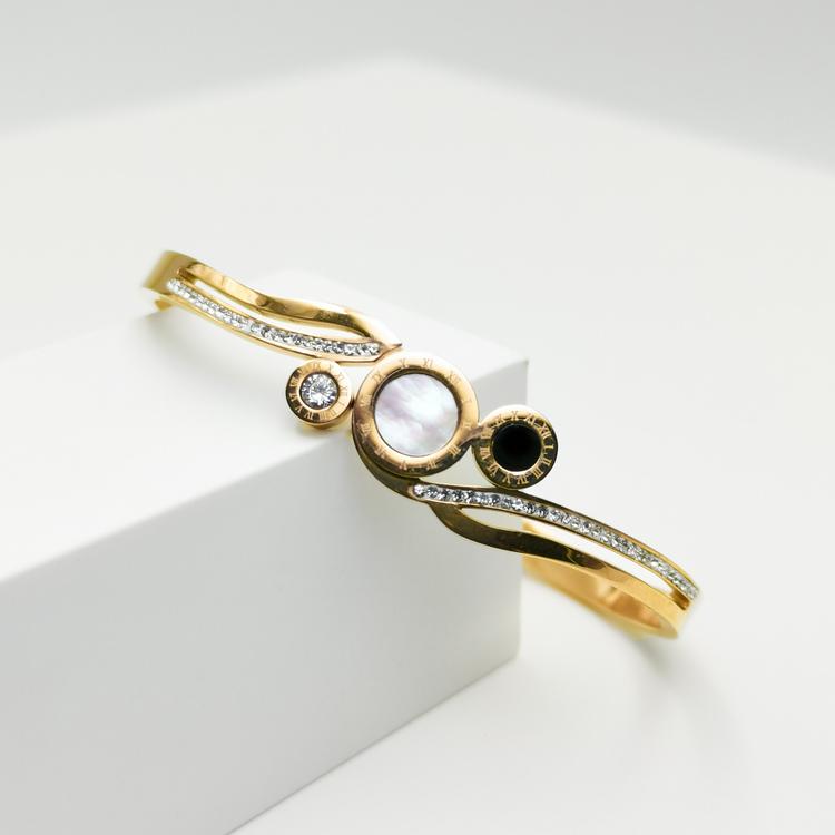 Era Elegance Time Line Armband bild 2 är en Elegant, tidlös, och modern accessoar. Otroligt Vacker design av SWEVALI för alla tillfälle. Smycken är av hög kvalité Stainless Steel. Passar perfekt för d