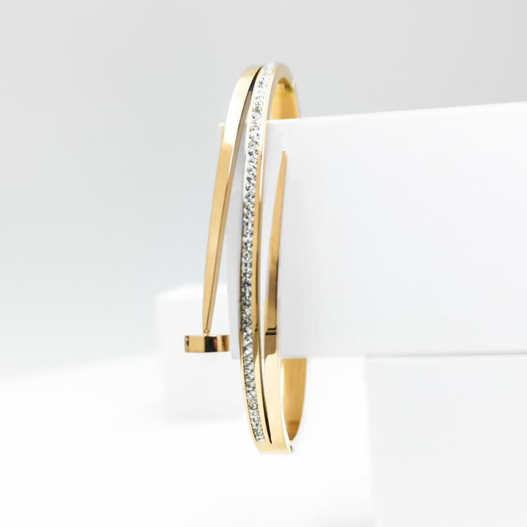 Naily Armband bild 2 är en Elegant, tidlös, och modern accessoar. Otroligt Vacker design av SWEVALI för alla tillfälle. Smycken är av hög kvalité Stainless Steel. Passar perfekt för damer som gillar a