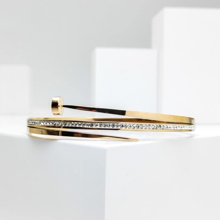 Naily Armband bild 1 är en Elegant, tidlös, och modern accessoar. Otroligt Vacker design av SWEVALI för alla tillfälle. Smycken är av hög kvalité Stainless Steel. Passar perfekt för damer som gillar a