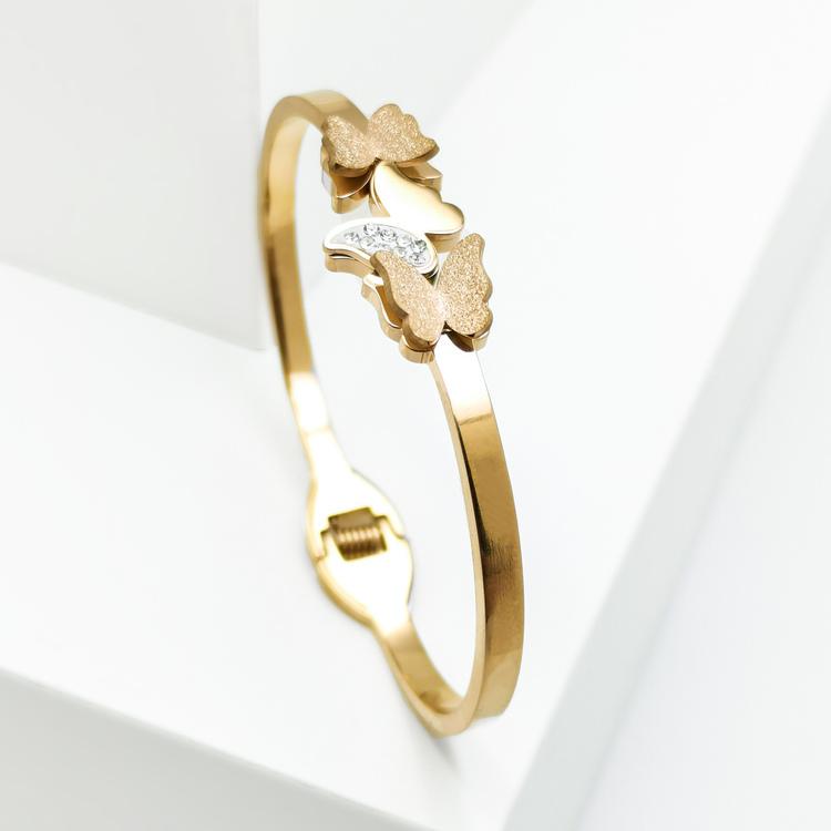 Queen Butterfly Armband bild 3 är en Elegant, tidlös, och modern accessoar. Otroligt Vacker design av SWEVALI för alla tillfälle. Smycken är av hög kvalité Stainless Steel. Passar perfekt för damer so