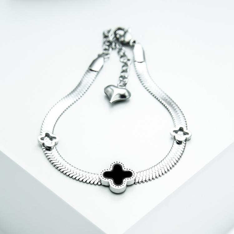 Glover Lucky Line Armband bild 2 är en Elegant, tidlös, och modern accessoar. Otroligt Vacker design av SWEVALI för alla tillfälle. Smycken är av hög kvalité Stainless Steel. Passar perfekt för damer