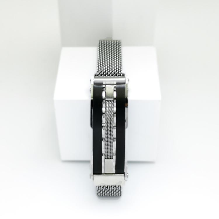 Confident Black Metal Armband  Bild 1 är en otroligt snygg och elegant herr armband. Hög kvalité Stainless Steel 316 L. Perfekt smycke för present