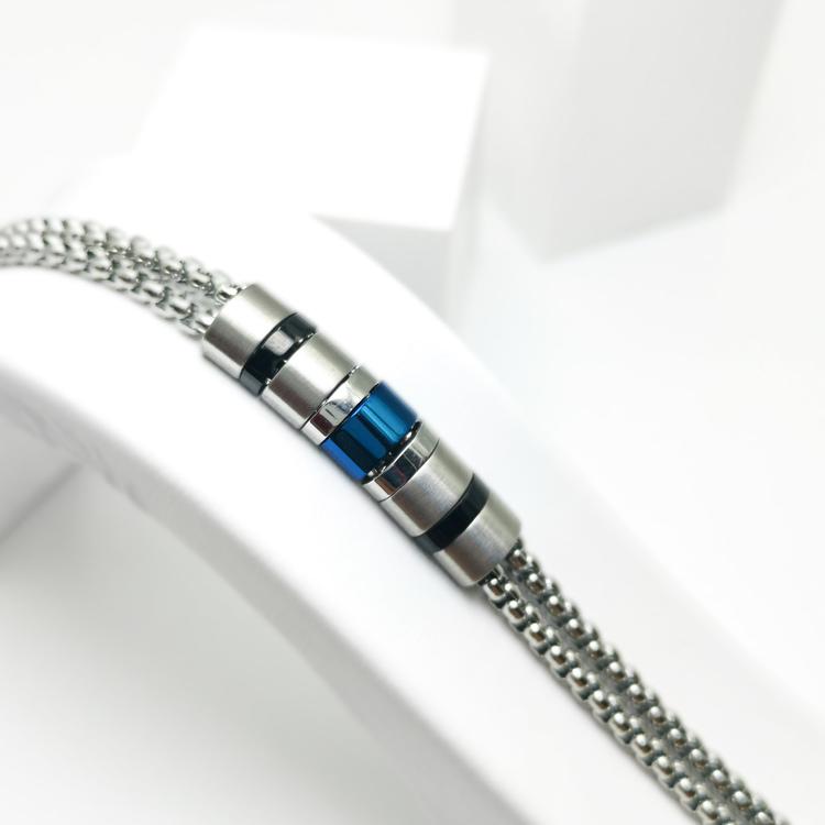 Life Phases Chain Armband bild 2 är en otroligt charmig och snygg herr armband. Perfekt unik present