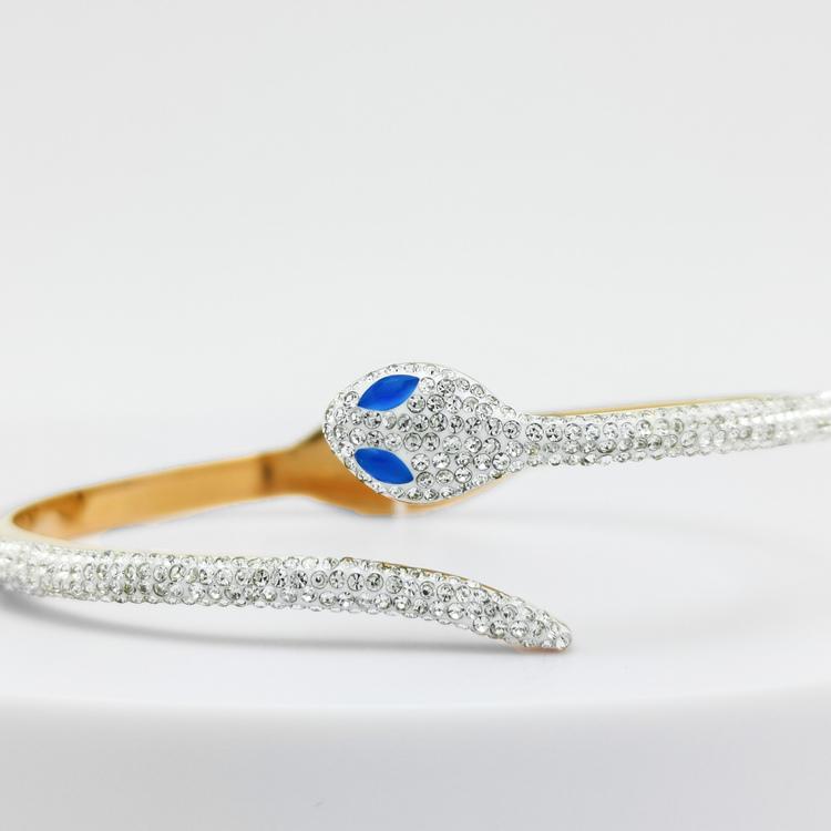 Blue Eyed Python Armband bild 2 är en Elegant, tidlös, och modern accessoar. Otroligt Vacker design av SWEVALI för alla tillfälle. Smycken är av hög kvalité Stainless Steel. Passar perfekt för damer s