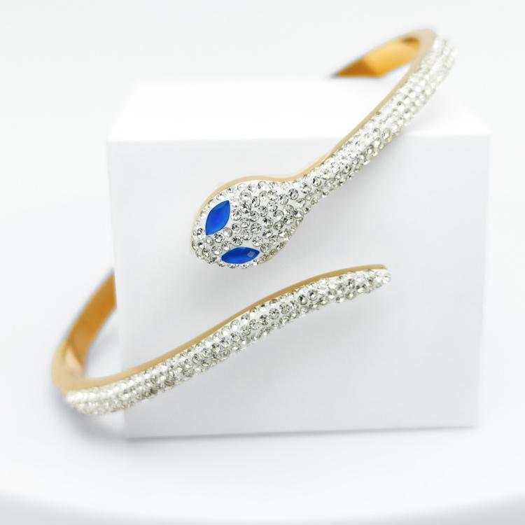 Blue Eyed Python Armband bild 1 är en Elegant, tidlös, och modern accessoar. Otroligt Vacker design av SWEVALI för alla tillfälle. Smycken är av hög kvalité Stainless Steel. Passar perfekt för damer s