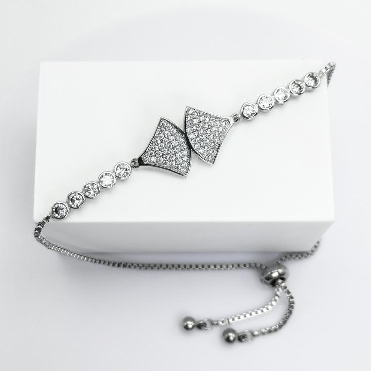 AXS Diamond S Armband bild 4 är en Elegant, tidlös, och modern accessoar. Otroligt Vacker design av SWEVALI för alla tillfälle. Smycken är av hög kvalité Stainless Steel. Passar perfekt för damer som