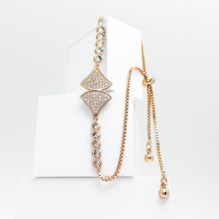 Axs Diamond G bild 1 är en Elegant, tidlös, och modern accessoar. Otroligt Vacker design av SWEVALI för alla tillfälle. Smycken är av hög kvalité Stainless Steel. Passar perfekt för damer som gillar a