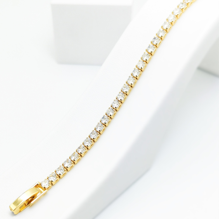 Diamond Flow Armband bild 1 är en Elegant, tidlös, och modern accessoar. Otroligt Vacker design av SWEVALI för alla tillfälle. Smycken är av hög kvalité Stainless Steel. Passar perfekt för damer som g