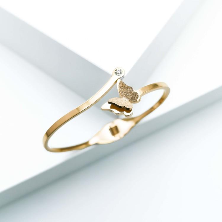 Star Journey Butterfly Armband bild 3 är en Elegant, tidlös, och modern accessoar. Otroligt Vacker design av SWEVALI för alla tillfälle. Smycken är av hög kvalité Stainless Steel. Passar perfekt för d