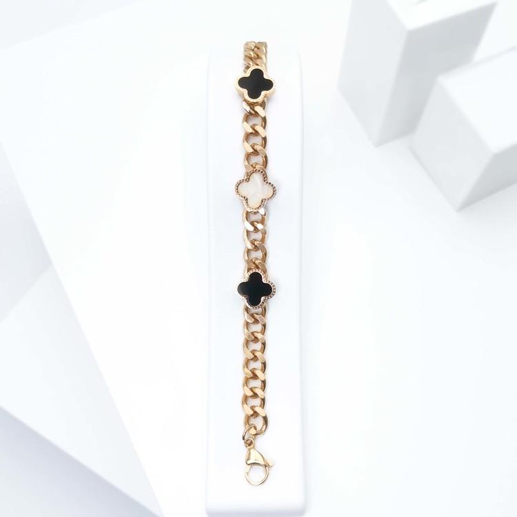 Glover Confident Armband bild 2 är en Elegant, tidlös, och modern accessoar. Otroligt Vacker design av SWEVALI för alla tillfälle. Smycken är av hög kvalité Stainless Steel. Passar perfekt för damer s