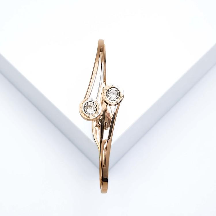 Dance with Diamonds Armband bild 2 är en Elegant, tidlös, och modern accessoar. Otroligt Vacker design av SWEVALI för alla tillfälle. Smycken är av hög kvalité Stainless Steel. Passar perfekt för dame