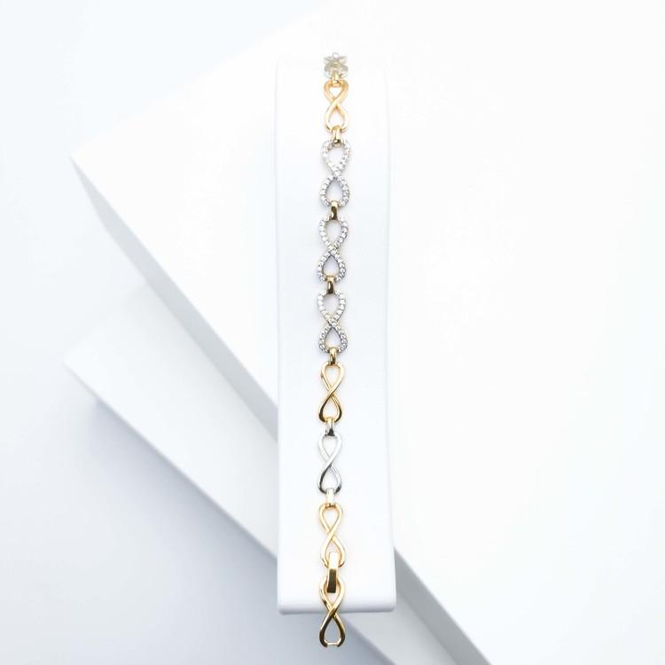 Pleasure Infinity Armband bild 1 är en Elegant, tidlös, och modern accessoar. Otroligt Vacker design av SWEVALI för alla tillfälle. Smycken är av hög kvalité Stainless Steel. Passar perfekt för damer