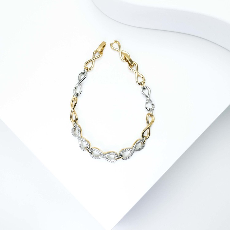 Pleasure Infinity Armband bild 2 är en Elegant, tidlös, och modern accessoar. Otroligt Vacker design av SWEVALI för alla tillfälle. Smycken är av hög kvalité Stainless Steel. Passar perfekt för damer