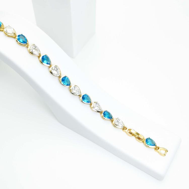 Crystal River Blue Contrast Armband bild 1 är en Elegant, tidlös, och modern accessoar. Otroligt Vacker design av SWEVALI för alla tillfälle. Smycken är av hög kvalité Stainless Steel. Passar perfekt