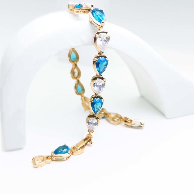 Crystal River Blue Contrast Armband bild 2 är en Elegant, tidlös, och modern accessoar. Otroligt Vacker design av SWEVALI för alla tillfälle. Smycken är av hög kvalité Stainless Steel. Passar perfekt