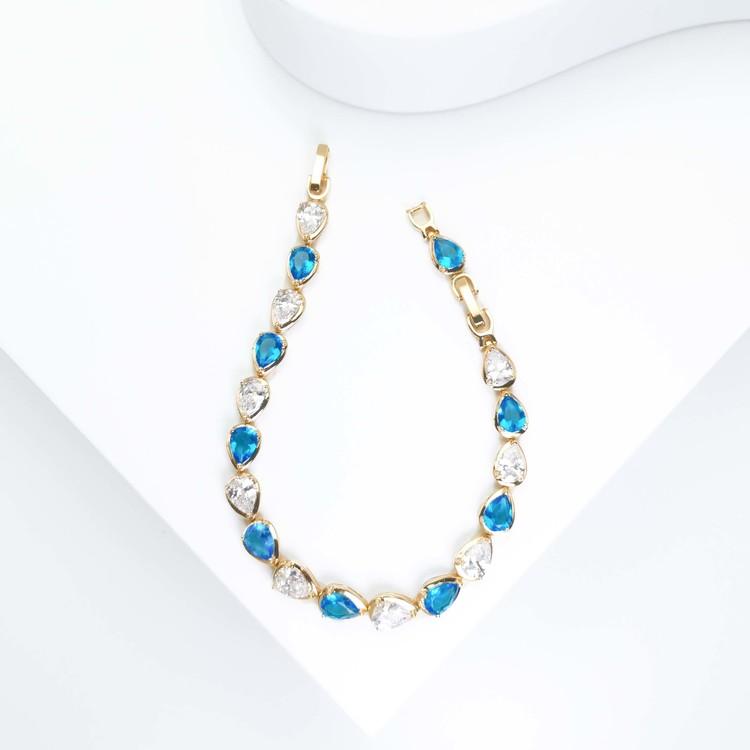Crystal River Blue Contrast Armband bild 3 är en Elegant, tidlös, och modern accessoar. Otroligt Vacker design av SWEVALI för alla tillfälle. Smycken är av hög kvalité Stainless Steel. Passar perfekt