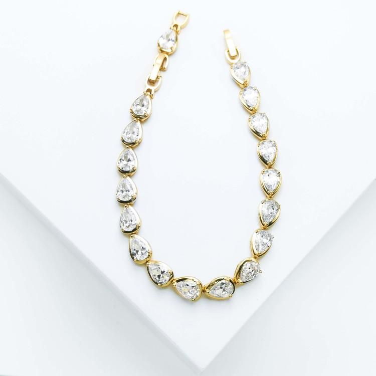 Crystal River Armband bild 2 är en Elegant, tidlös, och modern accessoar. Otroligt Vacker design av SWEVALI för alla tillfälle. Smycken är av hög kvalité Stainless Steel. Passar perfekt för damer som
