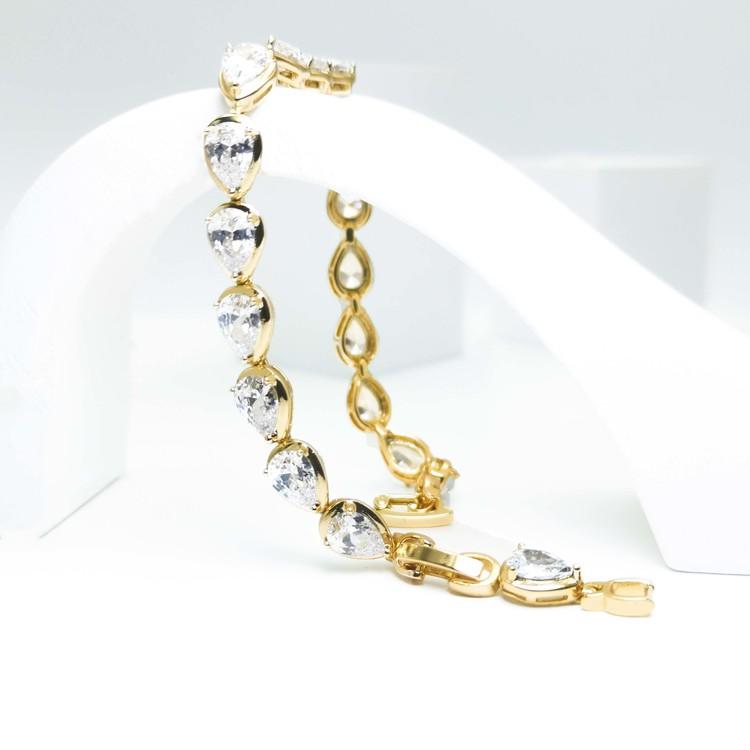 Crystal River Armband bild 3 är en Elegant, tidlös, och modern accessoar. Otroligt Vacker design av SWEVALI för alla tillfälle. Smycken är av hög kvalité Stainless Steel. Passar perfekt för damer som