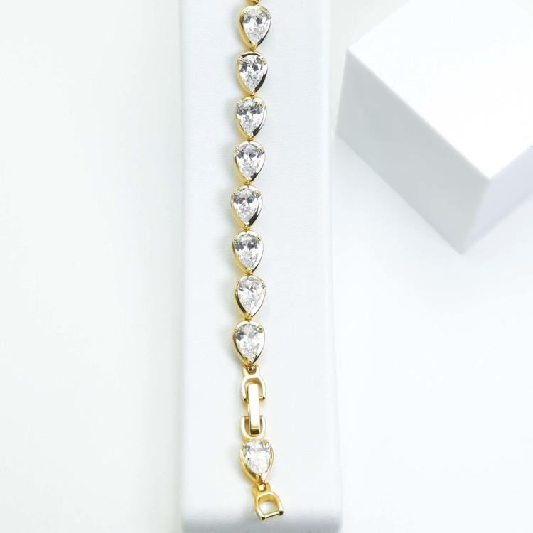 Crystal River Armband bild 4 är en Elegant, tidlös, och modern accessoar. Otroligt Vacker design av SWEVALI för alla tillfälle. Smycken är av hög kvalité Stainless Steel. Passar perfekt för damer som