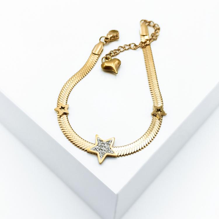Line of stars Armband bild 1 är en Elegant, tidlös, och modern accessoar. Otroligt Vacker design av SWEVALI för alla tillfälle. Smycken är av hög kvalité Stainless Steel. Passar perfekt för damer som