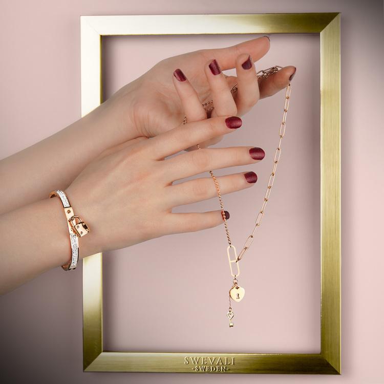 Prestige Armband bild 4 är en Elegant, tidlös, och modern accessoar. Otroligt Vacker design av SWEVALI för alla tillfälle. Smycken är av hög kvalité Stainless Steel. Passar perfekt för damer som gilla