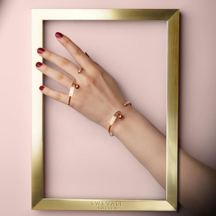 Gravity Armband bild 3 är en Elegant, tidlös, och modern accessoar. Otroligt Vacker design av SWEVALI för alla tillfälle. Smycken är av hög kvalité Stainless Steel. Passar perfekt för damer som gillar