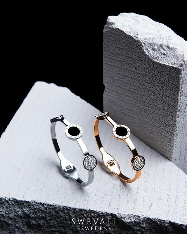 Era Elegance Snabby G Armband bild 5 är en Elegant, tidlös, och modern accessoar. Otroligt Vacker design av SWEVALI för alla tillfälle. Smycken är av hög kvalité Stainless Steel. Passar perfekt för da