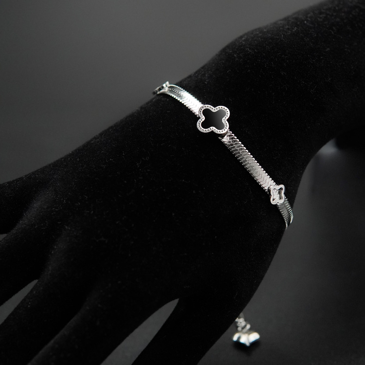 Glover Lucky Line Armband bild 1 är en Elegant, tidlös, och modern accessoar. Otroligt Vacker design av SWEVALI för alla tillfälle. Smycken är av hög kvalité Stainless Steel. Passar perfekt för damer
